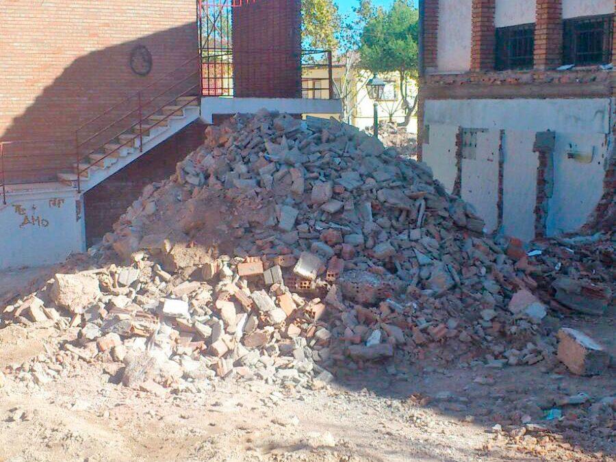 """El PSOE de Santisteban del Puerto alerta de las """"montañas de escombros"""" sin vallar ni señalizar junto al antiguo colegio"""