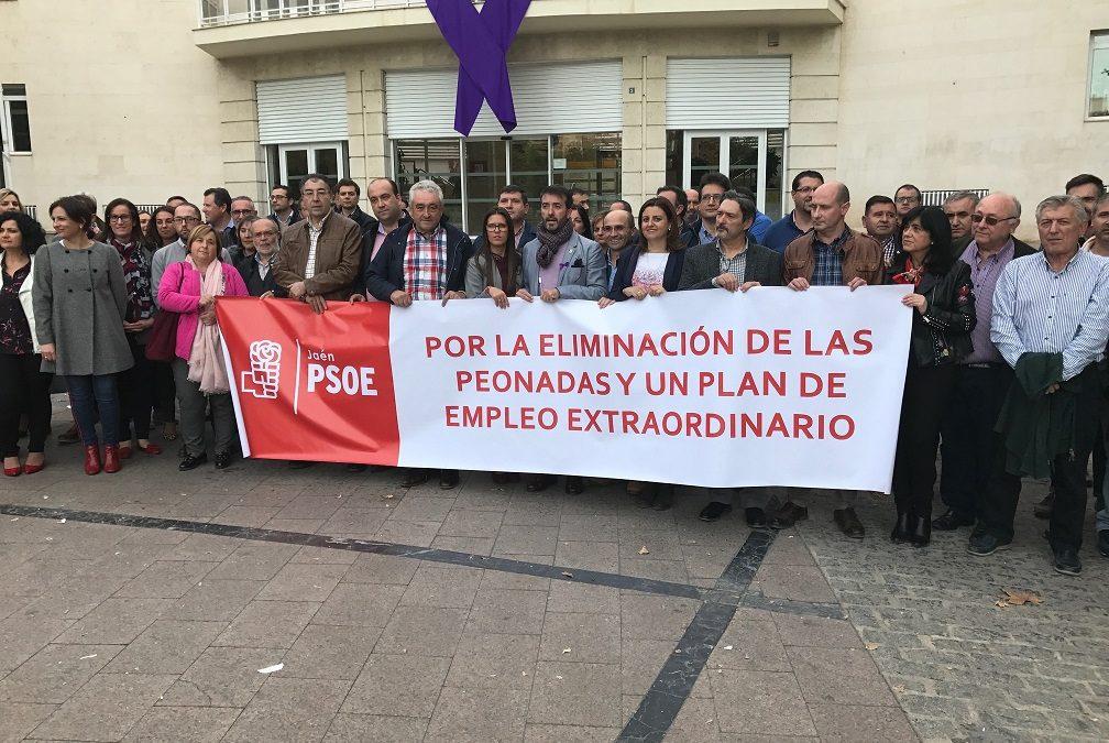 """Alcaldes y portavoces del PSOE se concentran para exigir la eliminación de las peonadas y un plan de empleo: """"No nos vamos a quedar cruzados de brazos"""""""