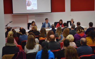 Sonia Gaya participa en un encuentro con docentes y AMPAS de Linares