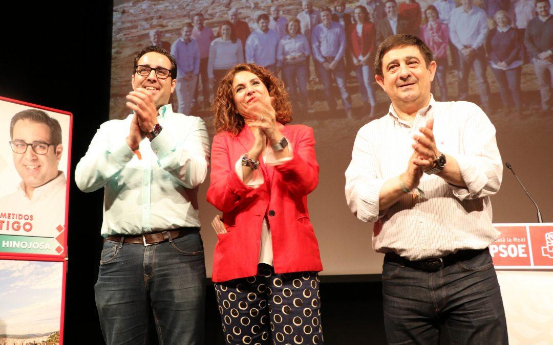 """María Jesús Montero respalda a Carlos Hinojosa y pide a la ciudadanía que """"revalide y mejore"""" la victoria del PSOE en Alcalá la Real"""