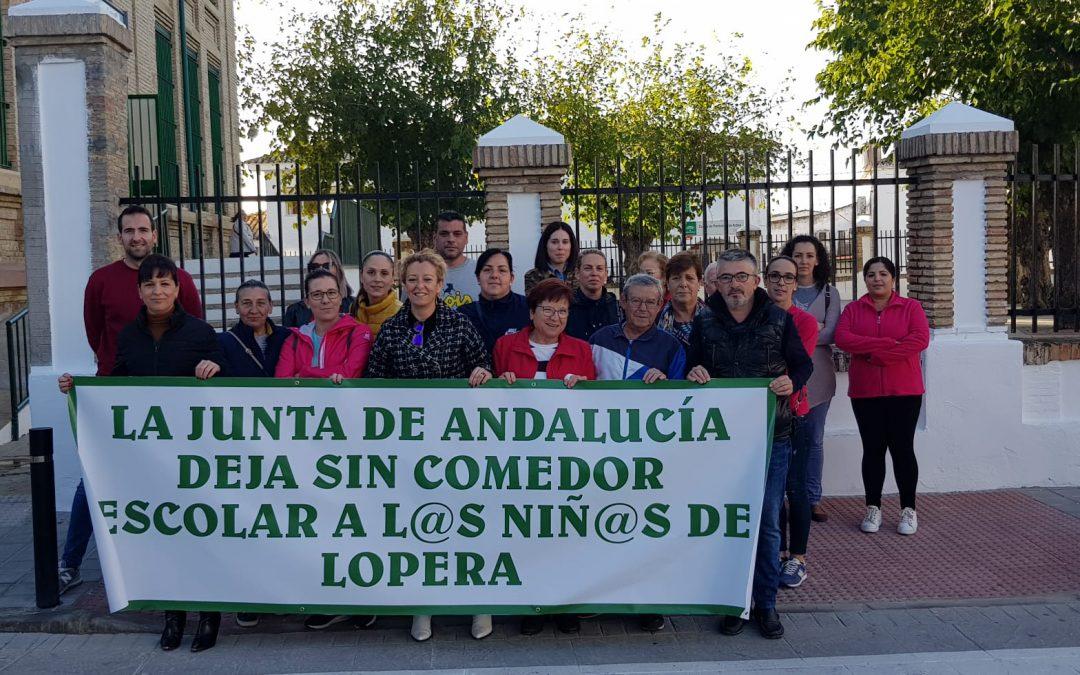 Familias se concentran en Lopera contra la Junta por el cierre del comedor