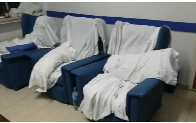 Preocupantes imágenes de una sala de espera para familiares de pacientes en la UCI del Neurotraumatológico