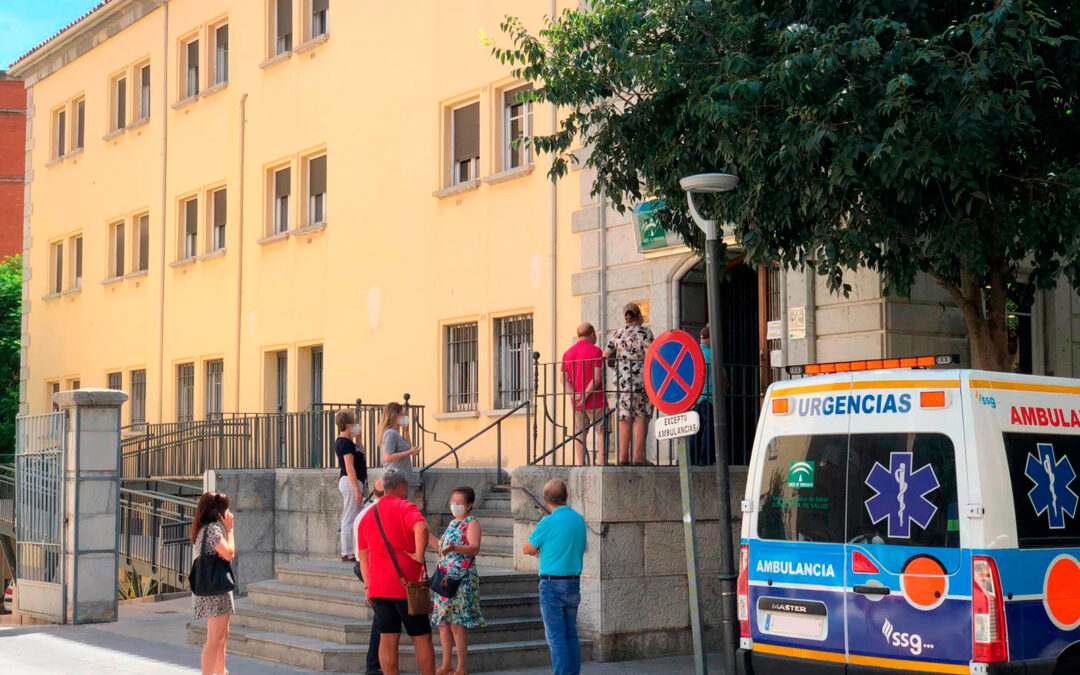 Otra imagen desastrosa de la sanidad en Jaén: amplias colas para acceder al Centro de Salud Virgen de la Capilla